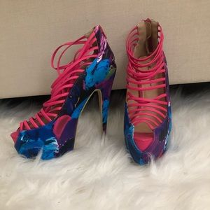 Multicolored women's pumps with platform